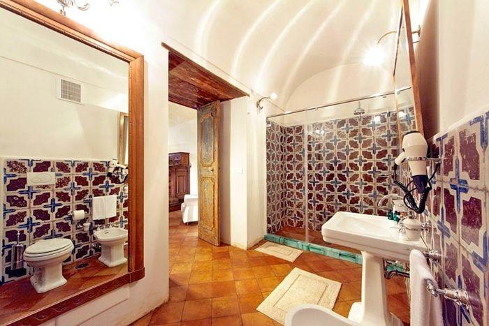 Le sale da bagno di Villa San Giacomo a Positano: sole mare, cuoco privato e bagni da sogno. [Bagnidalmondo.com | Un blog sulla cultura dell'arredo bagno]  Elegant #bathrooms in a #luxury #hotel on the Amalfi Coast