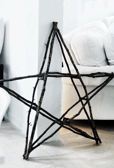 DIY: Maak van lange takken een grote ster. De verbindingen vastmaken met spijkertjes of touw.