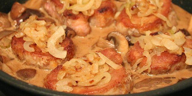 Virkelig lækker mørbrad a la creme med en skøn smag af svampe. De møre bøffer af svinemørbrad serveres med smørstegte løg i en fantastisk cremet flødesovs.