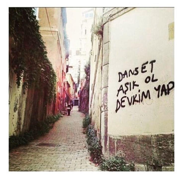 Dans et. Aşık ol. Devrim yap.