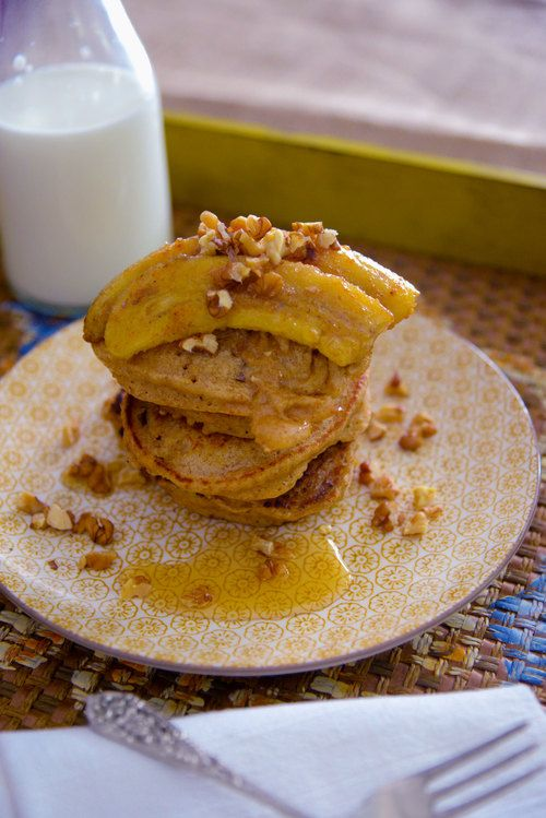 ΥΛΙΚΑ 50 γρ. αλέυρι 50 γρ. + 1,5 κ.σ.παξιμάδι θρυμματισμένο 1 κ.γ. μπέικιν πάουντερ Λίγο αλάτι ¼ κ.γ. κανέλα 110 γρ. γάλα 1 αβγό χτυπημένο Λίγο βούτυρο για το τηγάνισμα 25 γρ. καρύδια χοντροκομμένα 3 κ.σ. μέλι 4 μπανάνες 3 κ.σ. ζάχαρη