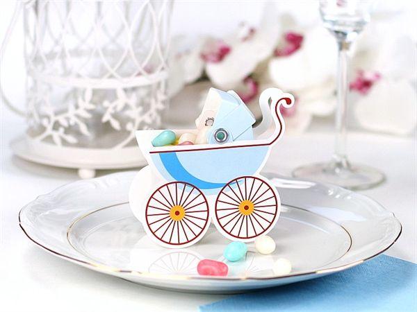 Barnedåb, Gaveæske til bordet Lille gaveæske udformet som en barnevogn til gæsterne, når der holdes barnedåb eller babyshower, en tradition i mange lande, hvor man kommer lidt sødt i æsken. Du kan også skrive navn på barnevognen så det samtidig bliver et bordkort. eller brug dem som dekoration på bordet. 10 stk. i en pakke  9,5x9,5 cm. Blå #babyshower #bordkort #baby