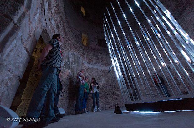 « Circularium », une oeuvre artistique lumineuse cinétique et interactive réalisée par le Studio CreArtCom (Creative Art Company) présentée au Château de Blandy-les-Tours (France) dans le cadre du Festival Fetnat 2016. Cette installation de 4 mètres de hauteur immerge le public dans une ambiance multi-directionnelle lumière et son à 360°. L'oeuvre est composée de 96 mètres de tubes équipés de rubans de Led à Led.