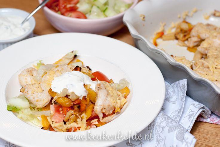 Dit is een slanke en gezonde variant op het bekende frietje kapsalon. In plaats van gefrituurde friet en shoarmavlees gebruik ik groentefriet uit de oven en