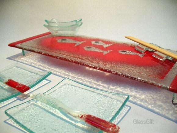 Conjunto para Sushi ou Frios em vidro colorido. Cor: vermelho/fundo peixinhos 10 Peças: 1 prato grande ( 15 x 30) 2 pratinhos ( 12 x 12 ) 2 faquinhas 2 tigelas shoyu 2 porta rashi R$119,00