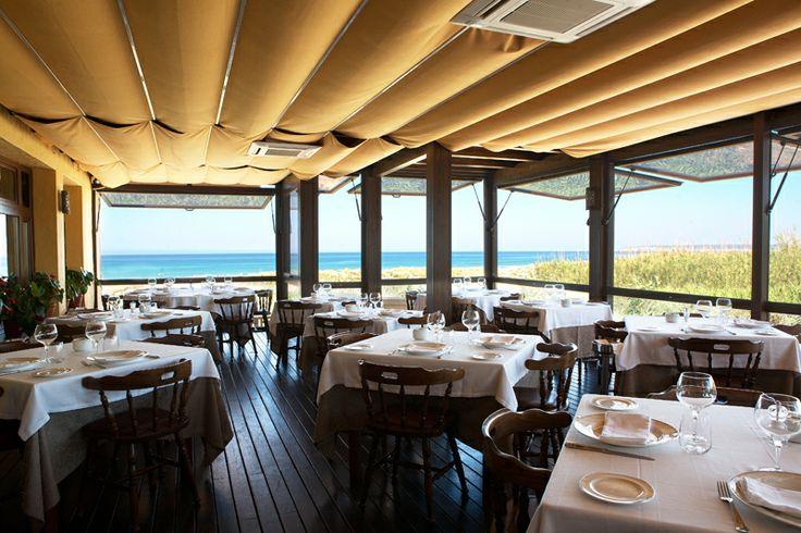 Nuestra terraza... Es comer mirando al mar, sintiendo su brisa, oliendo su sal... y con un servicio inigualable, un lugar privilegiado... Restaurante Antonio Zahara.  www.restauranteantoniozahara.com
