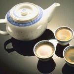 Zubereitung von grünem Tee. Für die Zubereitung von grünem Tee sind vor allem die nachfolgend beschriebenen Faktoren ausschlaggeben. Die richtige Dosierung, das richtige Wasser und das aufbrühen des grünen Tees.    Der allerwichtigste Faktor dabei ist allerdings die Qualität des Tees. Die falsche Zubereitung lässt ihn fade oder bitter schmecken.