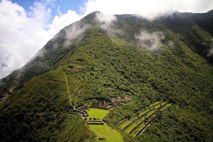 """Choquequirao / Peru - Amerika kıtasının, ziyaret edilmeye layık en önemli tarihi yerlerinden birisi olan bu yapı için, Peru'nun ikonu haline gelen Macchu Picchu'nun, """"kızkardeşi"""" yakıştırması yapsak yanılmış olmayız. Kış aylarında, yaklaşık birkaç yüz ziyaretçi ağırlayan, kent 3000 metre yükseklikte bulutların arasında ve Cusco şehrinin 100 km batısında konuşlanmış. Kent, Macchu Picchu'yı inşa eden Pachacuti'nin oğlu Topa Yupanqui tarafından 15.yy'da inşa edilmiş. Bu tarih Macchu Picchu'nun…"""