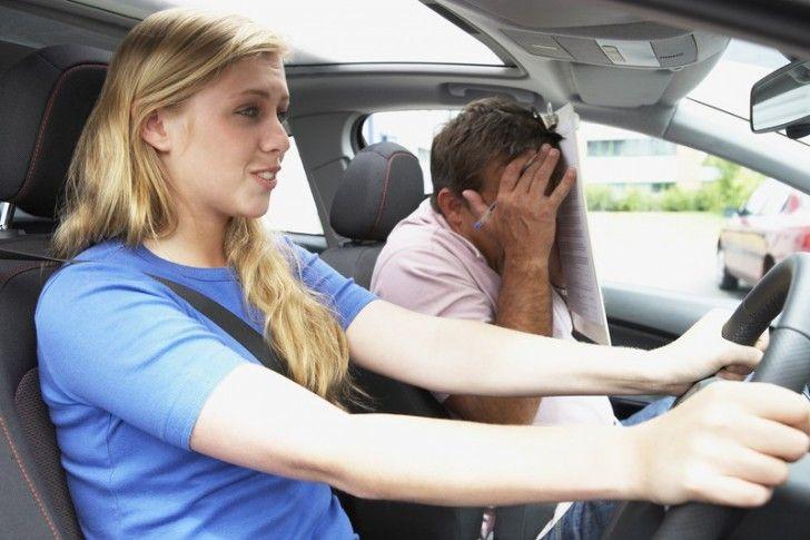 """Elkezdett+esni+az+eső:!+Tanuló:+ezt+a+vízsöprőt+hogy+is+kell+bekapcsolni?Én:+Az+ablaktörlőre+gondolsz?+Tanuló:+belelóg+a+kormány+a+szemembe!+Tanuló:+A+benzines+autót+is+úgy+kell+kormányozni,mint+a+diesel-t?Tanuló+beül+a+kocsiba,+majd+pumpálja+felfelé+az+ülést,+hogy+kilásson:Tanuló:+""""Akkor+először…"""