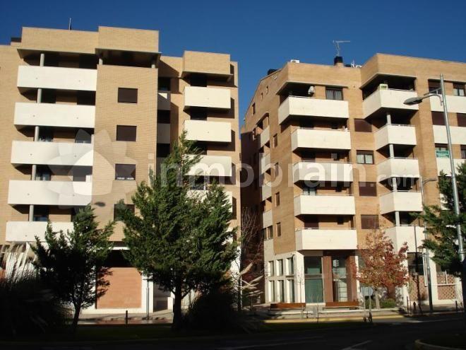 Precioso Duplex ! Vivienda en muy buen estado .Aprovecha que el banco financia hasta el 100% y compra tu primera vivienda.. Disponible en venta y alquiler. No es un alquiler vacacional. Este inmueble se alquila sin muebles y sin electrodomésticos.