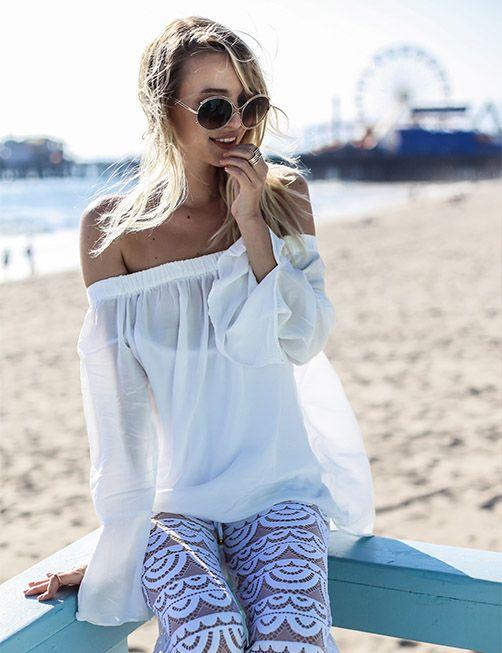 """L'""""off the shoulder top"""" è il top che lascia le spalle scoperte. Sensuale e femminile, ci piace perché ci ricorda tanto la leggerezza dell'estate e il relax della vita da spiaggia!   #offtheshoulder  #beachlife #beach #life #fashion #blogger #white"""