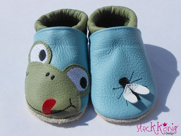 Lederpuschen mit Frosch und Fliege Applikation für Babys / little baby shoes, cute frog an fly on it by Steckkoenig-Design via DaWanda.com