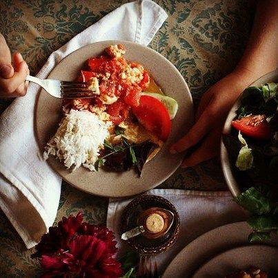 Тарас обычно первый прибегает за стол поэтому руки в кадре его. На фото: вегетарианский омлет свежие овощи зелень и рис