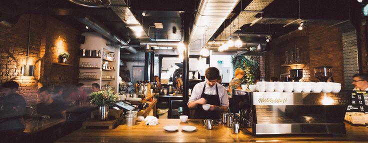 Diez buenos sitios para desayunar en Londres 2017 En Londres abundan los cafés y restaurantes a los que se puede ir a desayunar algo más que el típico English Breakfast o tomar un completo brunch a media mañana. En la capital británica el desayuno es casi tan importante como la cena, así que si quieres empezar la mañana con fundamento, aquí tienes diez sugerencias de buenos sitios para desayunar bien en Londres.