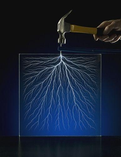 「リヒテンベルク図形って知ってますか?    アクリルのような絶縁体に電子線を照射し、高電圧を負荷したあとに    金槌などで1点を刺激すると内部に稲妻が走るんです。」 http://blog.livedoor.jp/clock510/archives/1086865.html