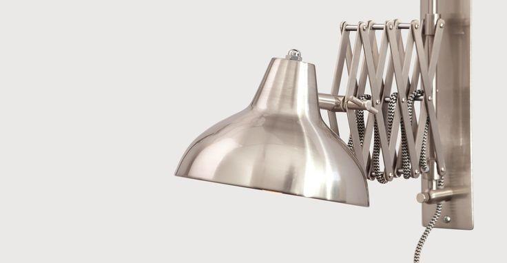 Sortant tout droit de l'ère industrielle, notre applique Frosini en acier brossé combine style et fonctionnalité, apportant la lumière jusqu'à vous.