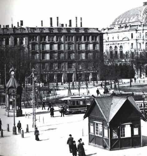 'Halmtorvet' 1896 (Rådhuspladsen) - Dagmar Teatret til højre