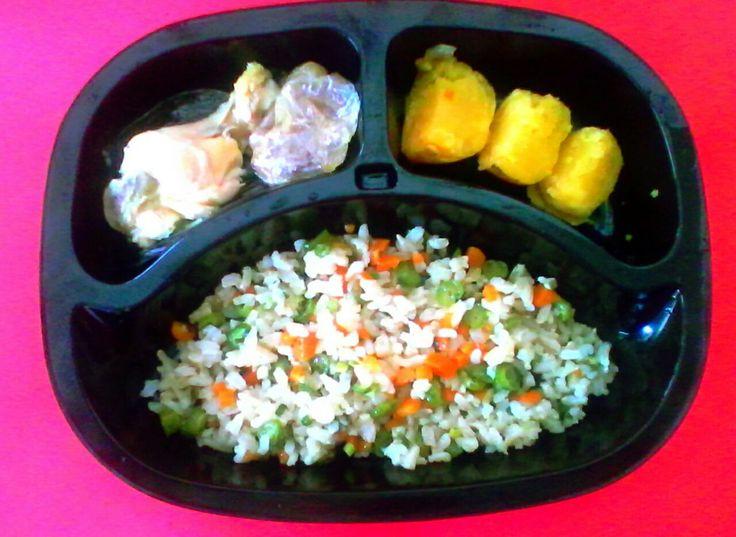 Muslitos de pollo, arroz con verduras y papa al vapor