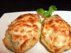 Hoy vamos a enseñarles como preparar patatas rellenas de atun, una receta increiblemente fácil, solo debemos cocer, rellenar y hornear.! INGREDIENTES: 4 papas (patatas) medianas 1 chorrito de leche 1 cucharada de manteca(mantequilla) reblandecida 2 latas de atun (bien escurridas) Un chorrito de Salsa de tomate (tomate frito) queso rallado (para gratinar)( a gusto) sal (a gusto) oregano y pimienta (a gusto) 2 huevos (opcional) PREPARACION: 1. Primero debemos cocinar el huevo para formar