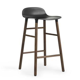 Form barstol från Normann Copenhagen är en modern barstol med klassiskt uttryck. Benen ser ut som om de växer ur skalet, något som formgivaren Simon Legald har fokuserat mycket på. Den slitstarka plastsitsen och den rundade formen gör den väldigt skön att sitta i. Stolen har en snygg matt finish som dessutom är lätt att rengöra.