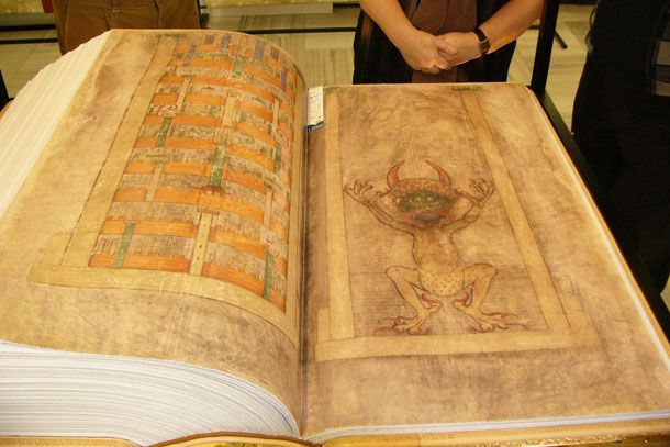 """El Códice Gigas, la """"Biblia del demonio"""" que escribió un monje en el siglo XIII Hace quinientos años se descubrió este manuscrito bajo los escombros de la Guerra de los Treinta Años. Hoy, por su contenido y su inmensa imagen del diablo, es parte del folclore esotérico de muchos."""