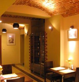 Restauracja Česká Chodba znajduje się w pobliżu Bulwarów Wiślanych i Wzgórza Wawelskiego. Restauracja oferuje tradycyjne dania kuchni czeskiej