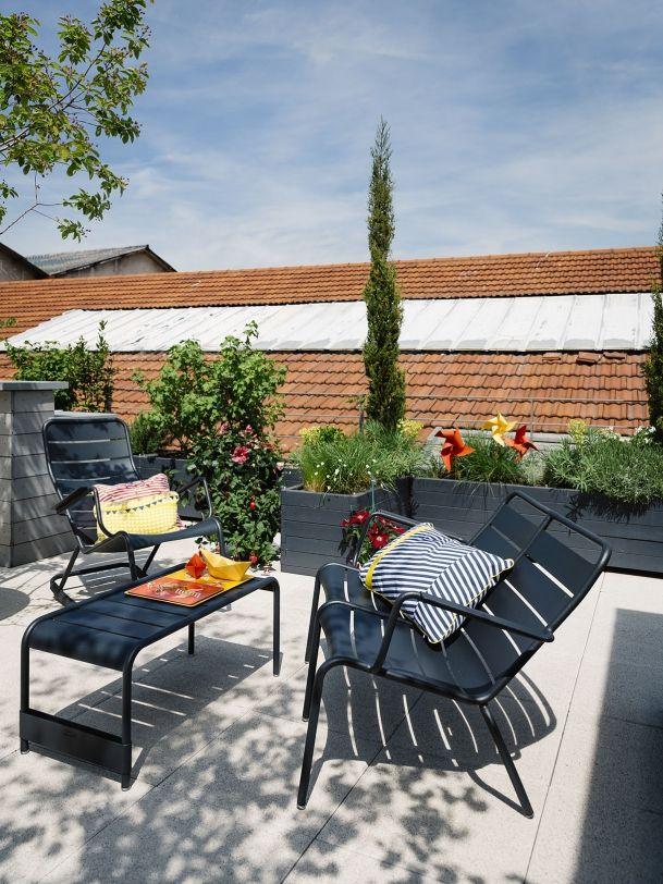 Mobilier noir pour jardin chic - Détente Jardin. Ici, ensemble de table et chaises et banc noirs de la gamme Luxembourg inspirés des bancs et fauteuils des jardins du Luxembourg à Paris. Repéré chez Fermob.