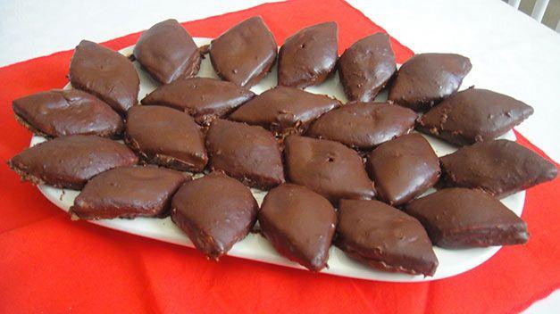 Tra i dolci di Natale che non mancano mai sulle tavole molisane ci sono i deliziosi mostaccioli. Per voi la ricetta tradizionale del Molise.