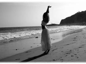 photo Woman-black-white_large.jpg