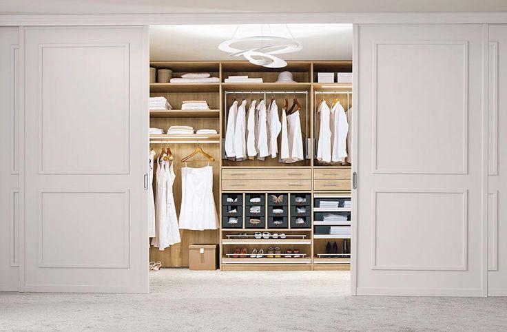 Kleider und Hosen kann man nicht wie Bücher in Regale stellen. Schaffen Sie sich einen Überblick über Ihre gesamte Kleidung. Nur so können Sie entscheiden, wie viel und welche Art von Stauraum Sie benötigen. Sind Sie etwa ein Kleider- und Rocktyp, tragen eher selten Hosen und Pullover, dann brauchen Sie mehr Kleiderstangen als Ablageböden im Schrank.