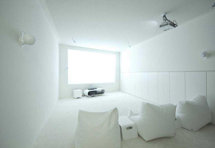 L'ambiente più intimo di CJ5 House, a Vienna, è la stanza dedicata alle proiezioni. Gli architetti dello studio Caramel hanno creato una stanza minimalista, arredata con tre pouf e una scelta cromatica total white