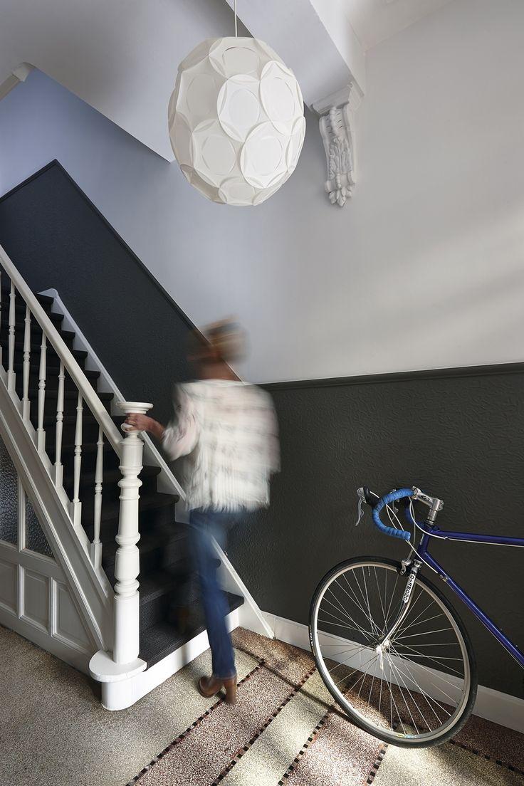 Zwart en wit in trappenhuis.