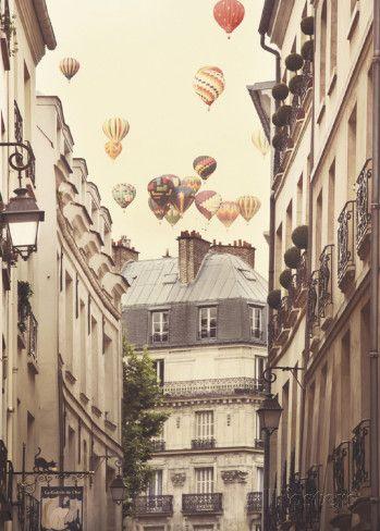 Flying Over Paris Juliste tekijänä Irene Suchocki AllPosters.fi-sivustossa