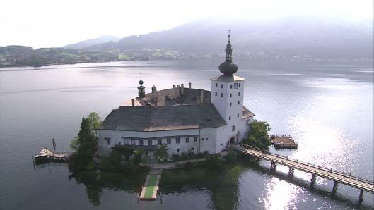 Il Castello Ort è un castello austriaco situato nel lago di Traunsee a Gmunden, 19 km da Vöcklabruck il castello fu costruito intorno al 1080 da Hartnidus di Ort, e continui miglioramenti furono apportati nel XIII secolo da Hartnidus V nel 1244.
