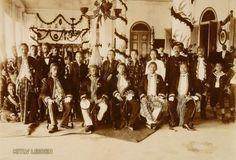 Para Bupati Residen Priangan berphoto bersama Istri di Bandung pada tahun 1912. Duduk dari kiri ke kanan : Bupati Sukapura/Tasikmalaya R. Toemenggoeng Wira Tanoeningrat, Bupati Garut R. Adipati Aria Wiratanoedatar, Bupati Sumedang Pangeran Soeriaatmadja, Bupati Bandung RAA Martanagara, dan paling kanan mungkin Bupati Cianjur.