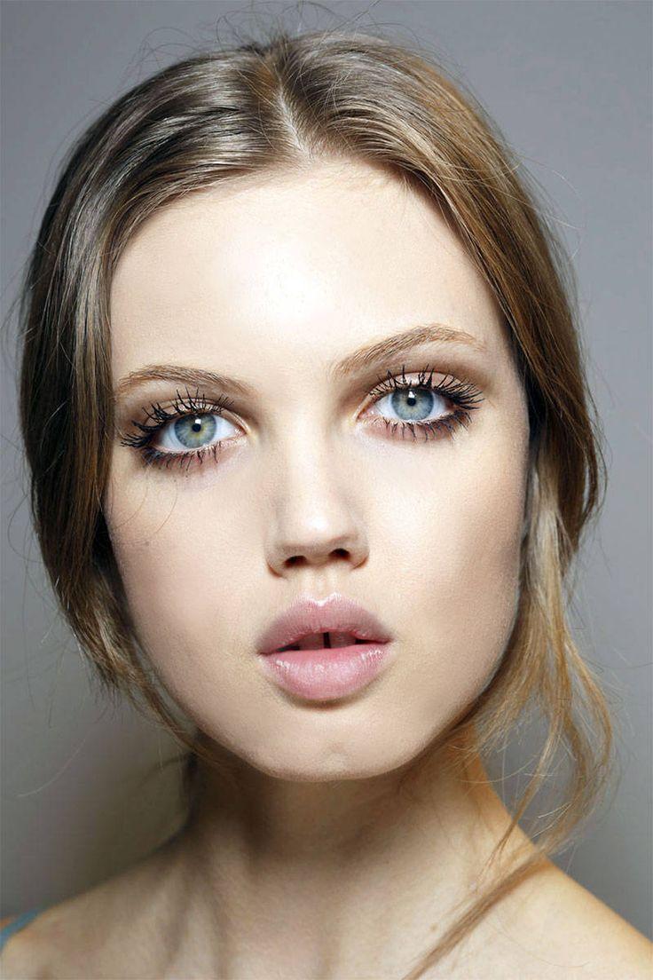 Nude makeup met zacht bruine oogschaduw