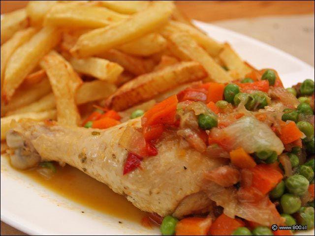 pollo arvejado con papas fritas