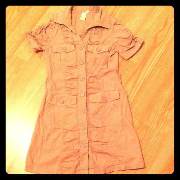 GIRLS button down khaki shirt dress-MUST BUNDLE Keep your little girl looking stylish with this shirt dress!  Looks great with a denim jacket and a scarf! Be sure to check my other listings! Dresses Casual