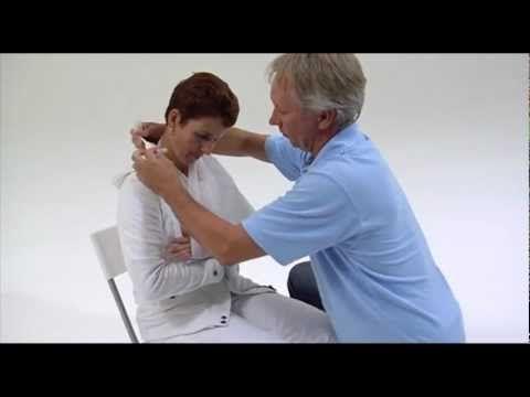 Hoe leg je een mitella aan voor een schouder of elleboog die geblesseerd is? Dit kan je ontdekken in dit filmpje