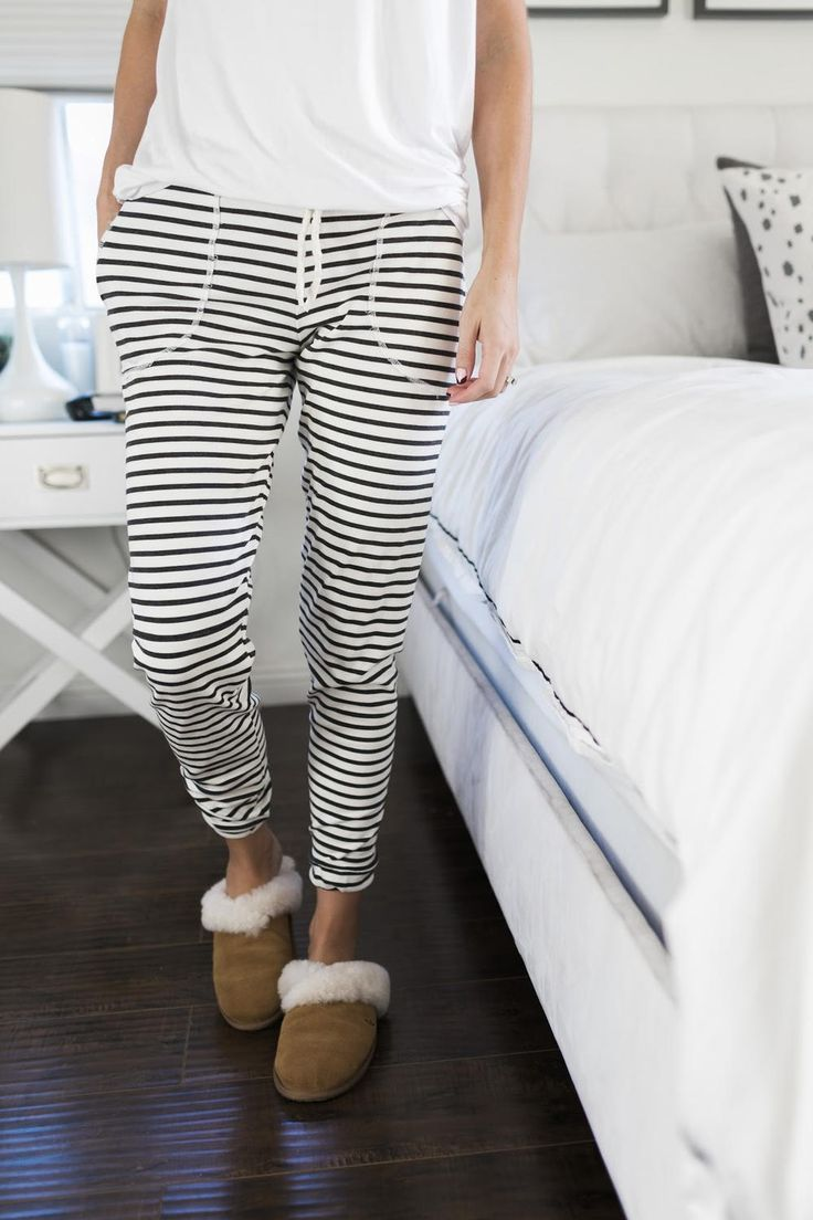 Winter Chic Sweatpants Tutorial | Treat yourself to a pair of cute and snuggly sweatpants this winter with this free lounge pants tutorial!