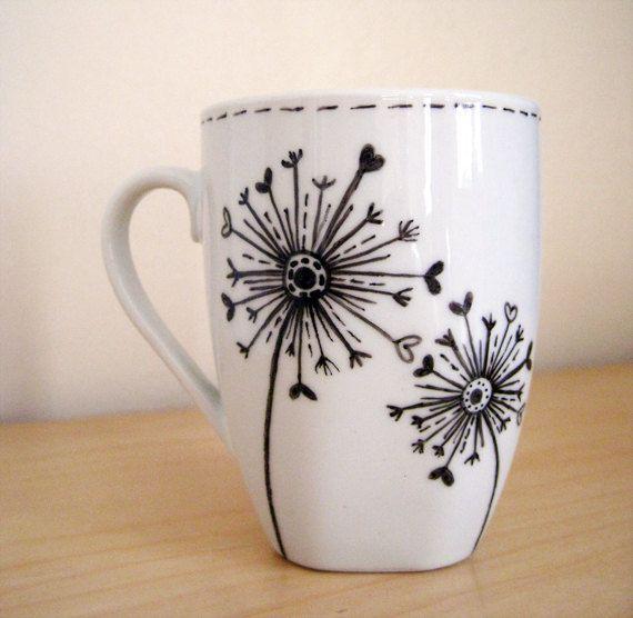 Cette main peint caractéristiques de la tasse en céramique une de mes illustrations originales. La conception se compose de deux horloges pissenlits
