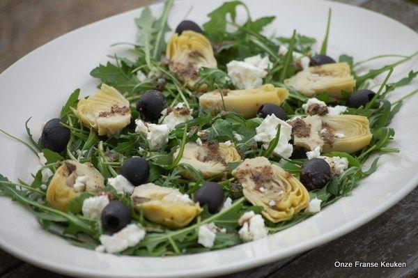 Salade met gemarineerde artisjok, feta en tapenade-vinaigrette