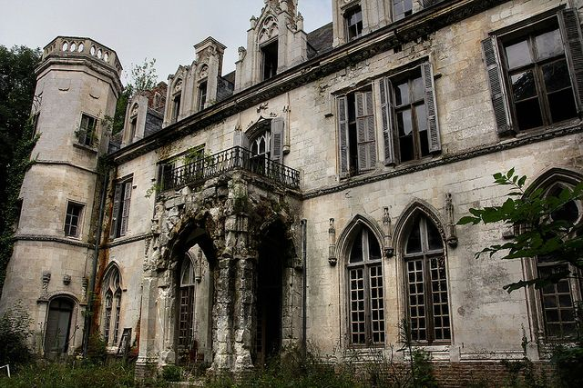 The abandoned Chateau Clochard in Picardie, France, via Flickr)