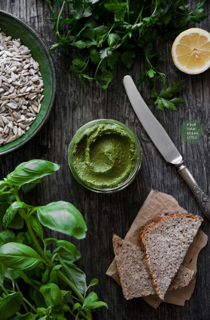 Vegan basil-parsley pesto with sunflower seeds / Wegańskie pesto z bazylii, zielonej pietruszki i słonecznika