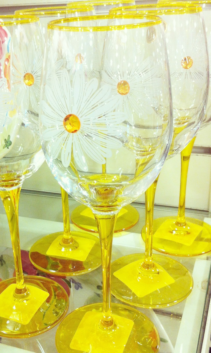 Sip away on your favorite sparkling water or wine with daisy stemware!