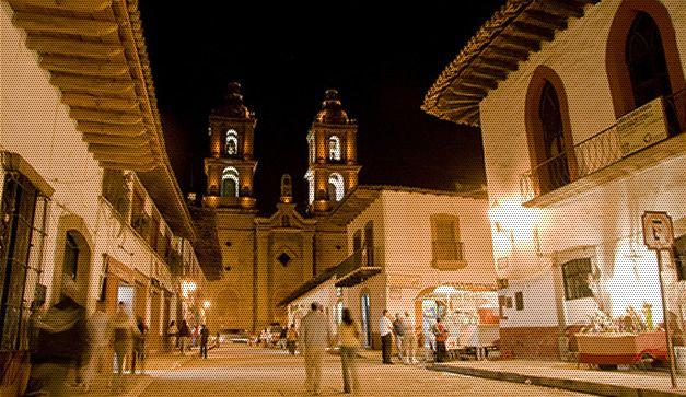Vista_nocturna_valle_pueblo_con_encanto