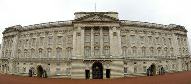 待遇は週に40時間の1年契約で報酬は1万4400ポンド(約245万円)。食事と住居が提供されるため、給与調整があるという。採用されればエリザベス女王のロンドンのバッキンガム宮殿において、「質の高い清掃、宮殿内の見栄え、招待客のお世話」などを担当する。  - AFP | 英王室が「家事手伝い」募集、王室メンバーの入浴やお茶の準備
