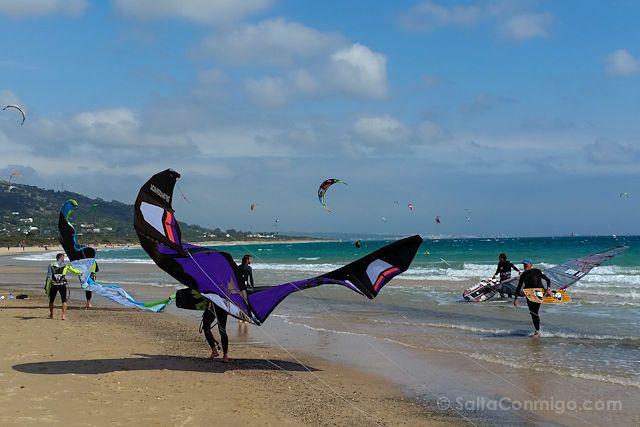 Tarifa, donde el viento coge carrerilla - No, no es la capa de Batman, es una cometa de kitesurf