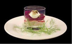 Mousse van gerookte makreel met rode biet, yoghurt is een lekker recept en bevat de volgende ingrediënten: 400 g Gerookte makreel, 1 dl Visbouillon, 2 dl Geslagen room, 3 bl Gelatine, 0,5 dl Room, Cayenne peper, Zout, Puree van rode biet:, 3 Rode bieten, 2 el Frambozenazijn, 1 el Hazelnootolie, 2 el Rode port, Peper en zout, 5 el Griekse yoghurt, 3 el Gemalen pistachenoten
