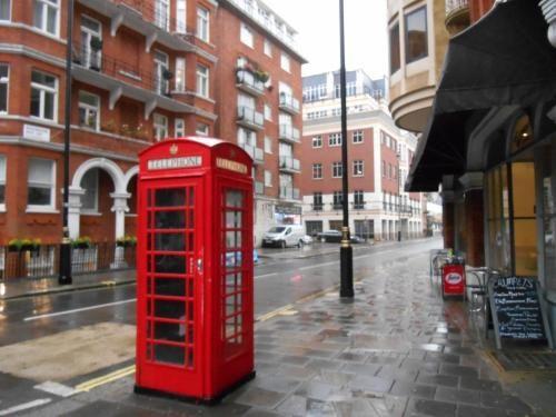 旅先としてロンドンを選んだ理由は、観光名所が多く、移動しやすい、英語圏であるから。ファッション、イギリス英語、街並みが気になり、現地で触れてみたいと感じた。<br />出発した初日は現地でホテル周辺を散策。